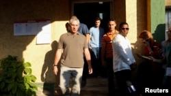 El primer vicepresidente de Cuba, Miguel Diaz-Canel (izquierda) sale de un puesto de votación en La Habana, el domingo 26 de noviembre.