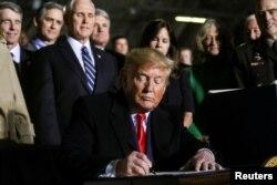 Президент США Дональд Трамп підписує закон про Оборонний бюджет на 2020 рік