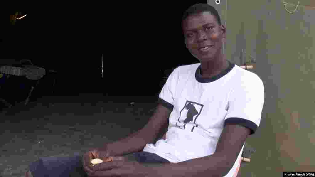 Morro Sanneh, un Gambien de 16 ans. Il tente de rejoindre l'Europe. Il pose pour VOA Afrique dans le centre d'accueil de la Croix Rouge italienne derrière la gare de Tiburtina, Rome, 5 octobre 2015 (Nicolas Pinault/VOA).