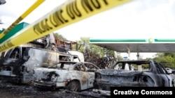 Sebuah pom bensin hangus terbakar dalam kerusuhan menyusul penembakan oleh polisi di Milwaukee, Wisconsin (14/8). (Reuters/Aaron P. Bernstein)