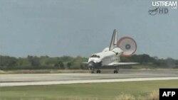 Phi thuyền Discovery đáp xuống Trung Tâm Không Gian Kennedy ở bang Florida, ngày 9/3/2011