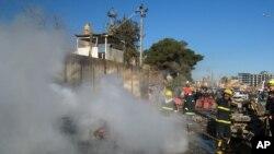 Lính cứu hỏa Iraq tại hiện trường vụ tấn công ở Kirkuk, phía bắc thủ đô Baghdad, ngày 3/2/2013.