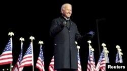 រូបឯកសារ៖ លោក Joe Biden បេក្ខជនប្រធានាធិបតីសហរដ្ឋអាមេរិកខាងគណបក្សប្រជាធិបតេយ្យ ញញឹម ខណៈឡើងថ្លែងសុន្ទរកថានៅលើវេទិកាមួយនៅទីក្រុង Pittsburgh រដ្ឋ Pennsylvania កាលពីថ្ងៃទី២ ខែវិច្ឆិកា ឆ្នាំ២០២០។