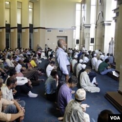 Warga muslim AS mendengarkan khutbah Jumat di Islamic Center di kota Dublin, Ohio (foto: dok).