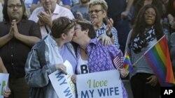 미국 대법원이 동성혼에 대해 합헌 결정을 내린 6일 유타주 솔트레이크 시에서 동성 커플이 기뻐하며 입맞추고 있다.