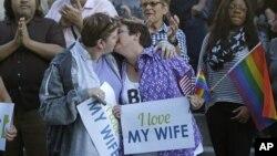 一對女同性戀者十月六日在猶他州鹽湖城結婚