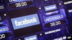 El tablero electrónico de Nasdaq muestra el valor de las acciones de Facebook.