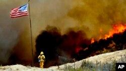 Unos 2.185 bomberos combaten el incendio que ya destruyó seis casas y obligó a 2.000 personas a abandonar sus hogares.