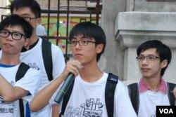 香港普教中學生關注組副主席、網名「郭奉孝」(中),普教中是國民教育的其中一環,甚至用中國的教科書,將中國的愛國教育滲透到香港。(美國之音湯惠芸攝)