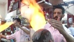 Peluquero trabaja con fuego