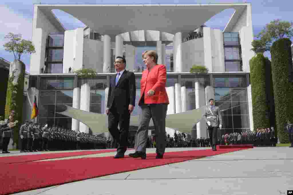 """德国总理安格拉·默克尔在总理府前面欢迎中国总理李克强(2018年7月9日)。默克尔在刘霞获得出国自由方面发挥了重要作用。默克尔同李克强再次谈及中国人权和非政府组织等问题。李克强说,中国人权状况已有明显改善,中方将继续推进这种趋势。2018年5月默克尔访华,也谈及人权个案。李克强会后在回应媒体有关刘霞提问时称,愿意""""就个案进行对话""""。"""