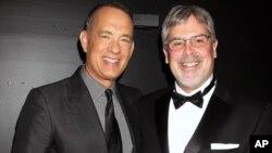 """Tom Hanks, izquierda, y el capitán Richard Phillips en el pre-estreno de la película """"Capitán Phillips""""."""