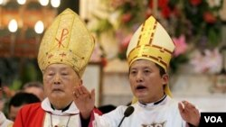 Uskup Shanghai dukungan pemerintah Tiongkok, Aloysius Jin Luxian (kiri) didampingi Wakil Uskup Shanghai, Joseph Xing Wenzhi (foto: dok.). Beijing menahbiskan sendiri Uskup di Tiongkok tanpa persetujuan Vatikan.