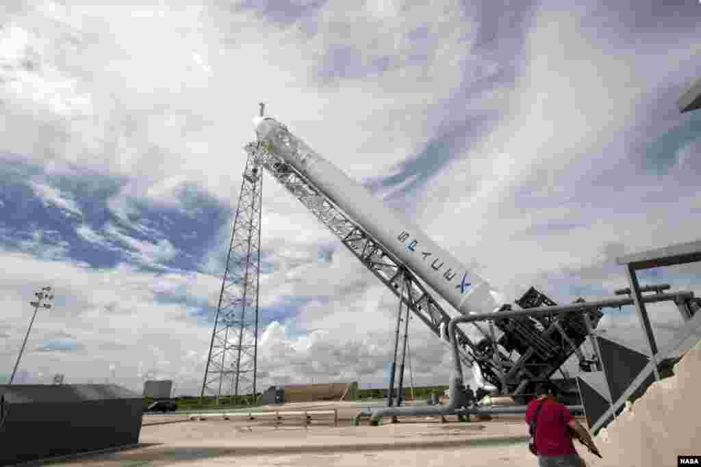 خلائی کیسول کو فالکن نائین راکٹ کے ذریعے خلا میں بھیجنے کی تیاری کا مرحلہ۔ فوٹو ناسا