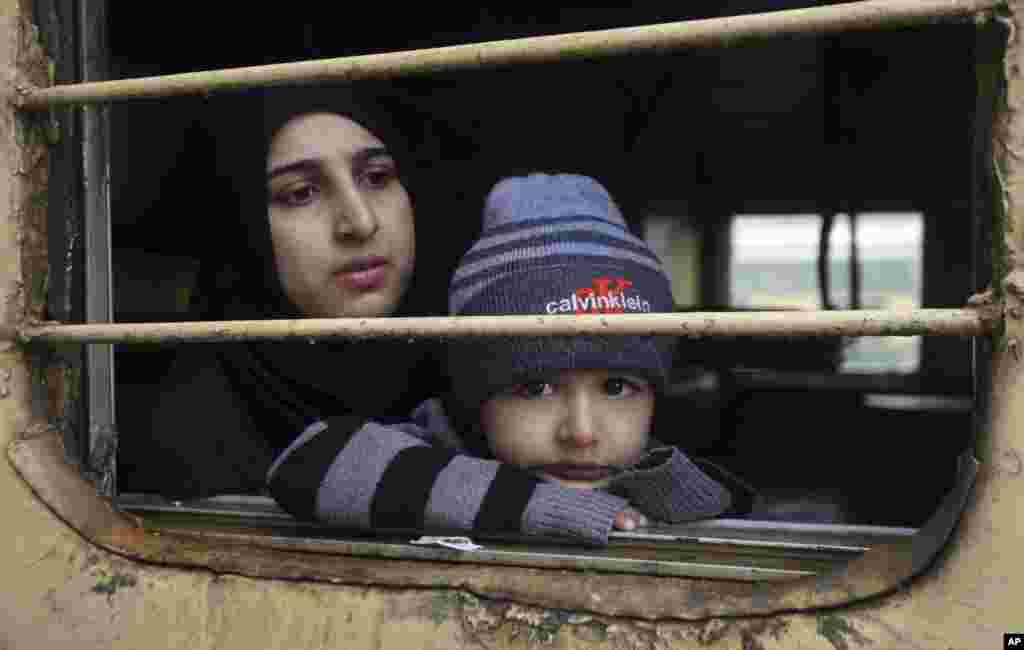 تنش بین هند و پاکستان به آوارگی گروهی از مردم منجر شده است. در قطار این مادر و فرزندش نگران به بیرون می نگرند. این دو کشور بر سر منطقه کشمیر سالهاست اختلاف دارند.