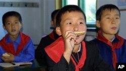 외부 지원 식품을 먹은 북한 어린이들 (자료사진).