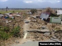 Kawasan Petobo, Palu Selatan, yang semula padat penduduk, kini rata dengan tanah pasca bencana gempa bumi di Palu, Sulawesi Tengah, 6 Oktober 2018. (Foto: VOA/Yoanes Litha)