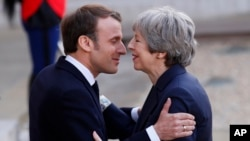 Francuski predsednik Emanuel Makron i britanska premijerka Tereza Mej tokom susreta u Parizu, 9. april 2019.