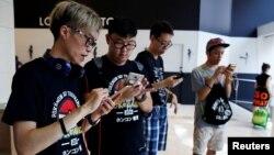 """Para pemain di Hong Kong berlomba di seluruh kota itu dalam kompetisi """"PokeGame"""" yang pertama di dunia, Sabtu (6/8)."""
