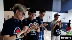 Para peserta mengambil bagian pada kompetisi Pokemon Go dunia yang pertama di Hong Kong, China, 6 Agustus 2016 (foto: REUTERS/Tyrone Siu)