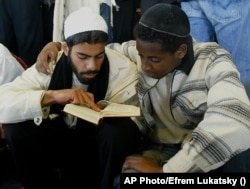 Два ортодоксальні евреї моляться разом