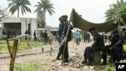 L'entrée du Centre pénitentiaire de Kinshasa gardée par des policiers et des militaires congolais, 26 octobre 2006