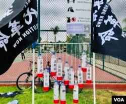香港论坛作品:12瓶矿泉水代表香港12人。(美国之音2020年10月24日洛杉矶巴恩斯公园)