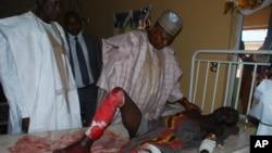 Gwamnan jahar Borno Kashim Shettima, yake ziyara ga wadanda harin kunar bakin wake da mata suka kai ya rutsa dasu.