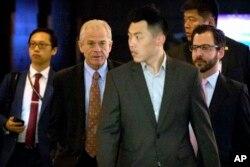 白宫贸易顾问纳瓦罗(左二)离开北京的酒店前去与中国官员进行贸易会谈。(2018年5月4日)