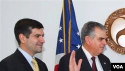 Sam Lahood (kiri) menemani ayahnya dalam pengambilan sumpah sebagai Menteri Transportasi Amerika (Foto: dok). Sam Lahood adalah salah seorang yang dikenakan larangan bepergian dari Mesir.