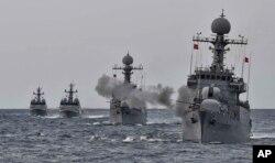 지난해 9월 한국 동해상에서 한국 해군함들이 사격훈련을 벌이고 있다. (자료사진)