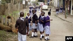 Học sinh tan trường về nhà ở Nairobi, Kenya