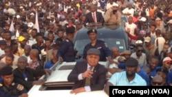 Etienne Tshisekedi, salue la foule à Kinshasa, le 27 juillet 2017. (Top Congo)