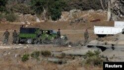지난해 6월 이스라엘 골란고원 인근 쿠네이트라 지역에서 군복을 입은 남성들이 트럭에서 내리고 있다. (자료사진)