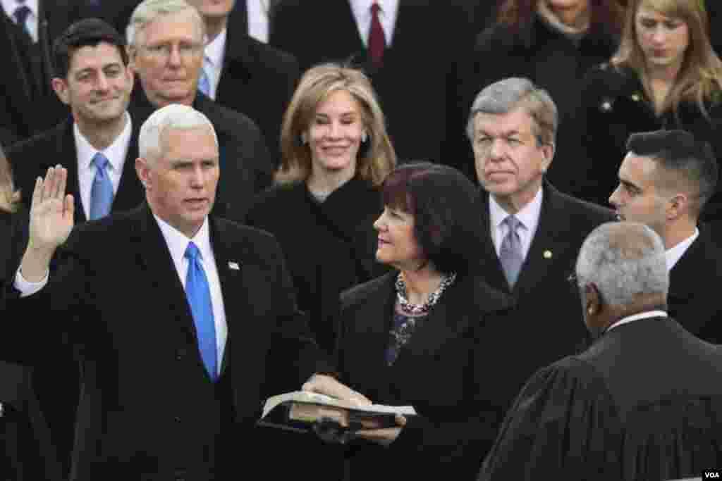 მაიკ პენსი ვიცე-პრეზიდენტის ფიცს დებს