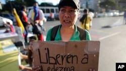Una manifestante pide la liberación del alcalde Ledesma, preso desde el jueves en Venezuela.