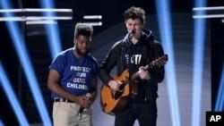 """Khalid (izquierda) y Shawn Mendes interpretan """"Youth"""" con el coro de la Escuela Secundaria Stoneman Douglas en los Premios Billboard de la Música en el MGM Grand Garden Arena en Las Vegas, Nevada, el domingo, 20 de mayo, de 2018."""