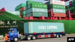 20일 중국 북동부 랴오닝성의 항구에 컨테이너들이 정박해 있다.