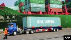 Xe tải chở container tại cảng Thanh Đảo, tỉnh Liêu Ninh, đông bắc của Trung Quốc. GDP của Trung Quốc trong 3 tháng đầu năm 2014 theo dự báo sẽ ở mức 7,3% và có thể sẽ không đạt được chỉ tiêu tăng trưởng 7,5% trong năm nay.