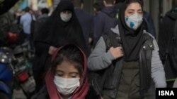 شهروندان تهرانی که مجبور به تردد در شهر هستند به استفاده از ماسک رو آوردهاند.