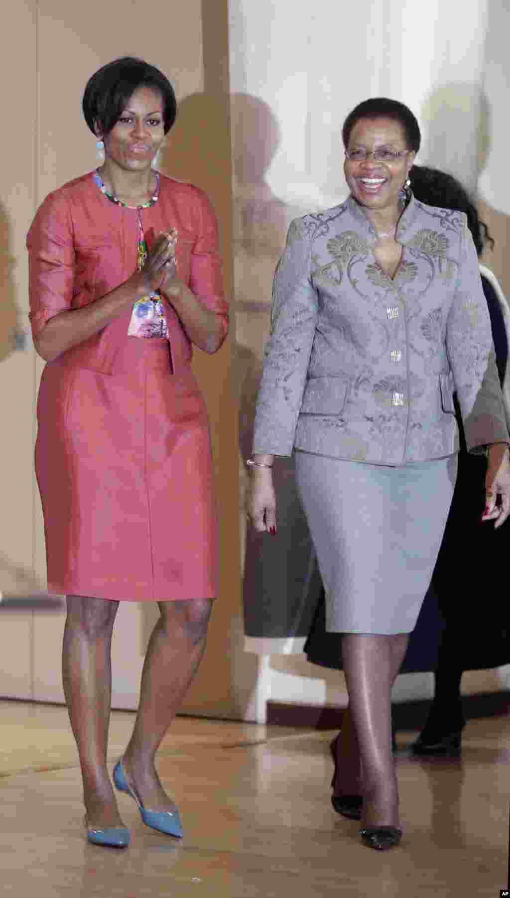 Michelle Obama com a mulher de Mandela, Graca Machel, durante a sua visita à Fundação Nelson Mandela, em Joanesburgo