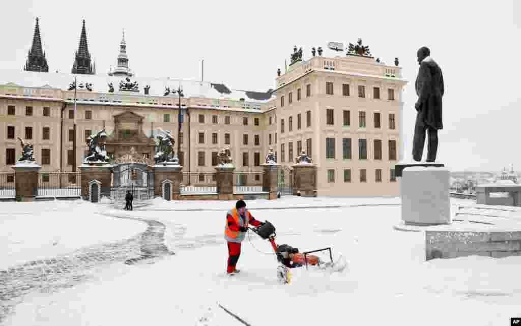 یک کارگر در حال برفروبی از مقابل قلعه پراگ در پایتخت جمهوری چک. این قلعه هزار ساله، اقامتگاه رسمی رئیسجمهوری چک است.