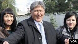 Almazbek Atambayev, mantan PM dan pemenang pemilu Kirgistan menyapa para wartawan di Bishkek, Minggu (31/10).