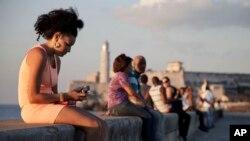Warga di Malecon di Havana, Kuba.