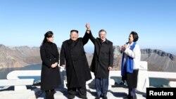 Hai nhà lãnh đạo Triều Tiên và Hàn Quốc trên đỉnh núi Paektu