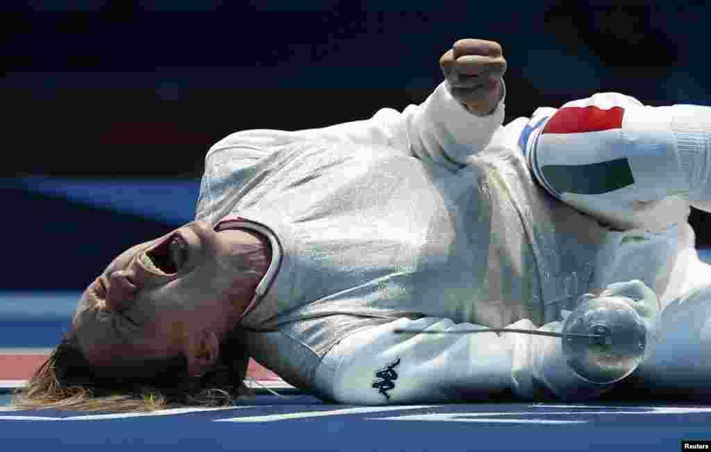 意大利选手韦扎利在女子个人花剑四分之一决赛中战胜对手后激动地倒地欢呼