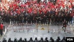 Demonstrasi besar-besaran telah melumpuhkan kegiatan perdagangan dan lalu lintas selama empat hari.