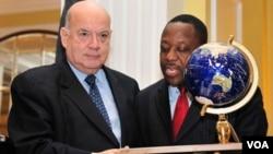 Insulza aprovechó el momento para hacer un llamado a los países del mundo a que cumplan su compromiso con Haití.