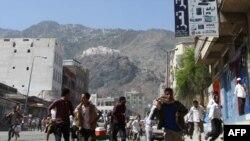 Những người biểu tình chống chính phủ ở Yemen chạy tránh đạn khi binh sĩ bắt đầu nổ súng