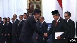 Duta Besar Amerika Serikat untuk Indonesia, Robert Blake menyerahkan surat kepercayaan kepada Presiden Susilo Bambang Yudhoyono di Istana Merdeka, Jakarta, 30 January 2014 (VOA/Andylala)